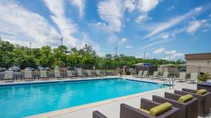 季節性室外泳池;08:00 至 21:00 開放;泳池傘、躺椅
