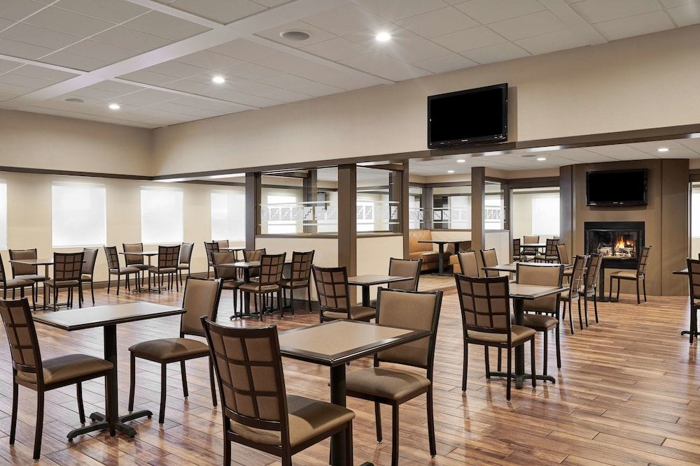 Breakfast Area, Best Western Plus Milwaukee Airport Hotel & Conference Ctr