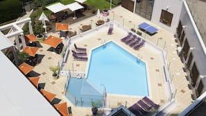 Een seizoensgebonden buitenzwembad, gratis zwembadcabana's