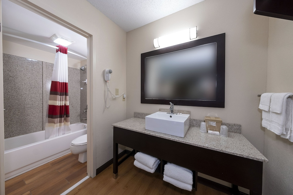 Bathroom, Red Roof Inn PLUS+ Huntsville - Madison