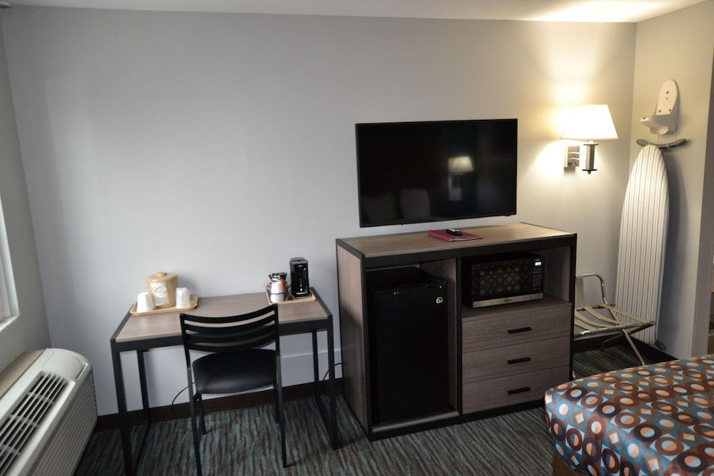 Television, Countryside Inn & Suites