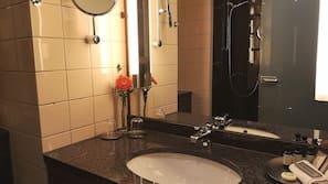 샤워기/욕조, 무료 세면용품, 헤어드라이어, 타월