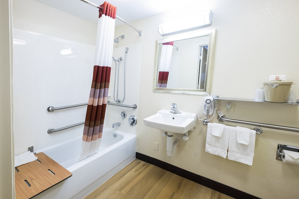 Accessible bathroom, Red Roof Inn Albany Airport
