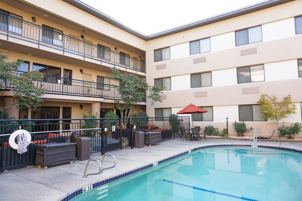Outdoor Pool, Oxford Suites Redding