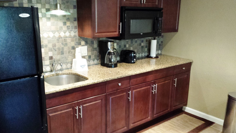 Private Kitchen, Days Inn by Wyndham Cocoa Cruiseport West At I-95/524