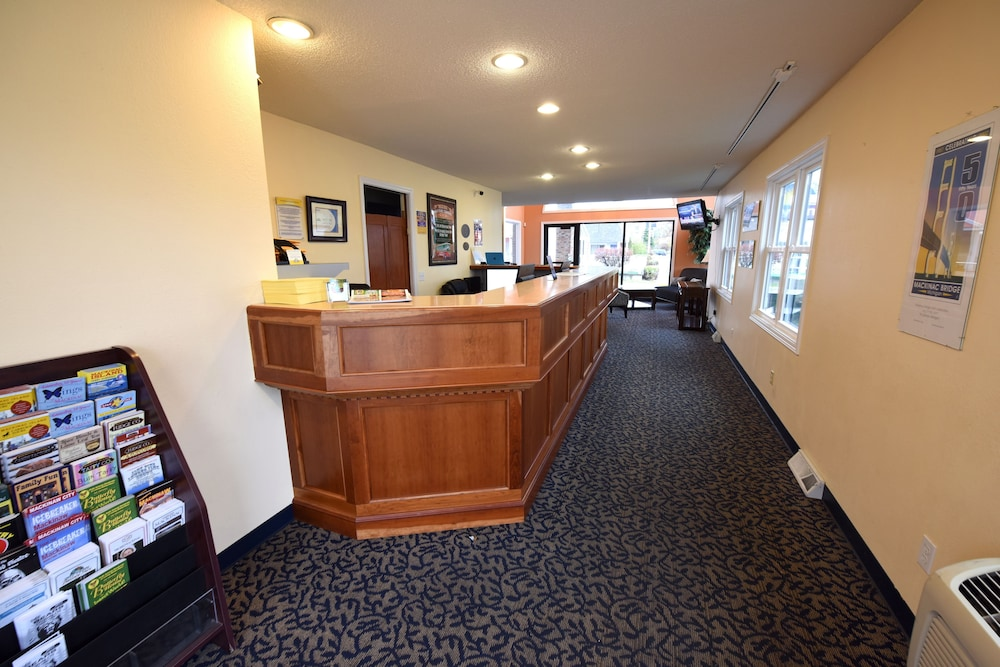 Reception, Days Inn by Wyndham Mackinaw City - Lakeview