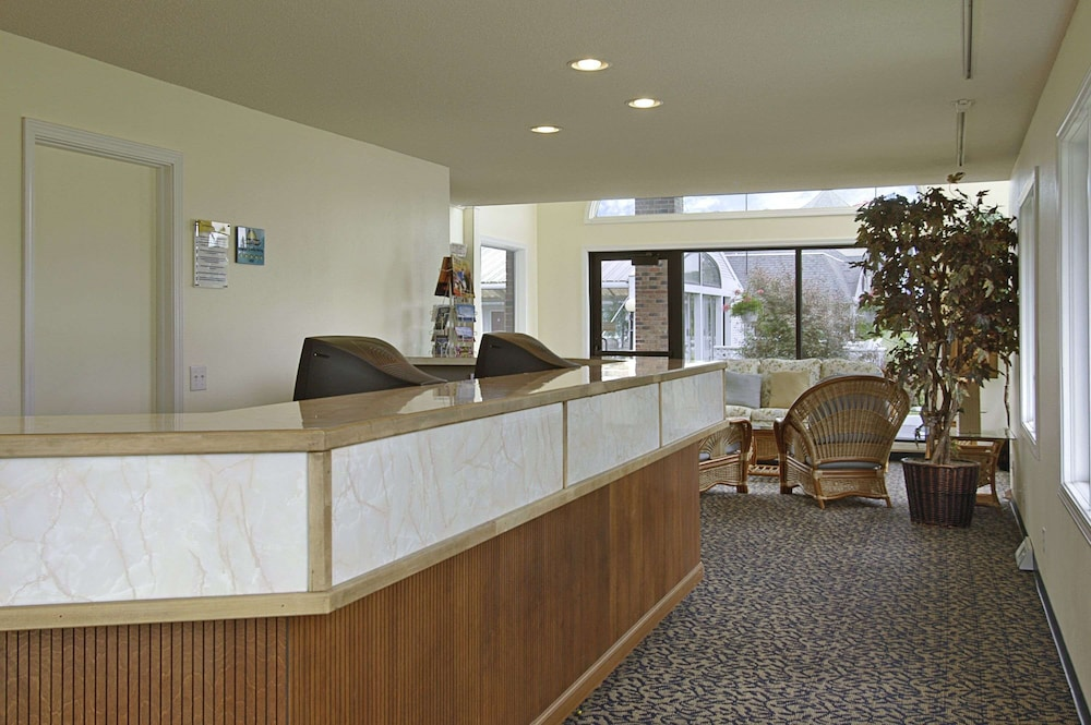 Lobby, Days Inn by Wyndham Mackinaw City - Lakeview