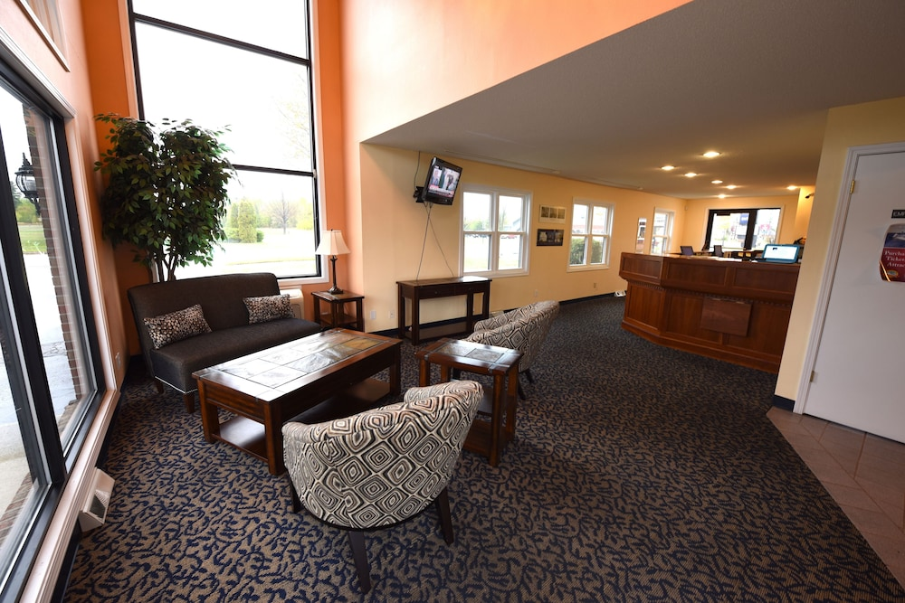 Lobby Sitting Area, Days Inn by Wyndham Mackinaw City - Lakeview