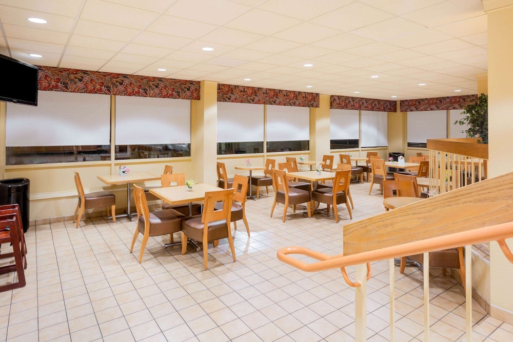 Breakfast Area, La Quinta Inn & Suites by Wyndham Charlotte Airport North