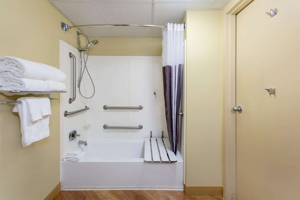 Accessible bathroom, La Quinta Inn & Suites by Wyndham Charlotte Airport North
