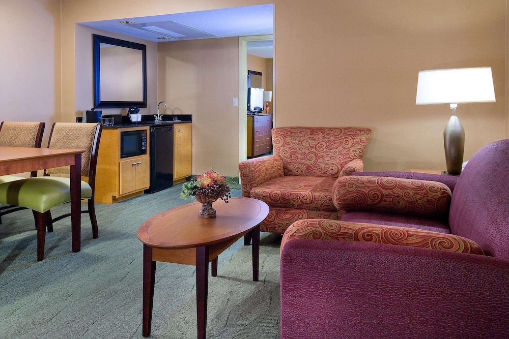 Living Area, Embassy Suites Hotel Kansas City - International Airport