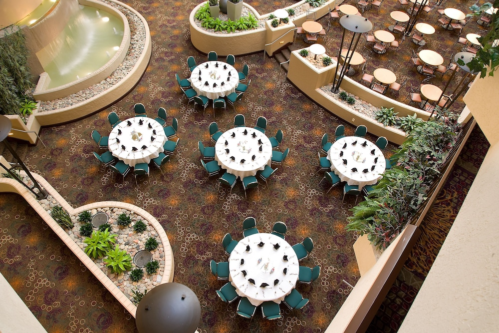 Outdoor Dining, Embassy Suites Hotel Kansas City - International Airport