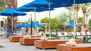 야외 수영장, 09:00 ~ 21:00 오픈, 수영장 파라솔, 일광욕 의자