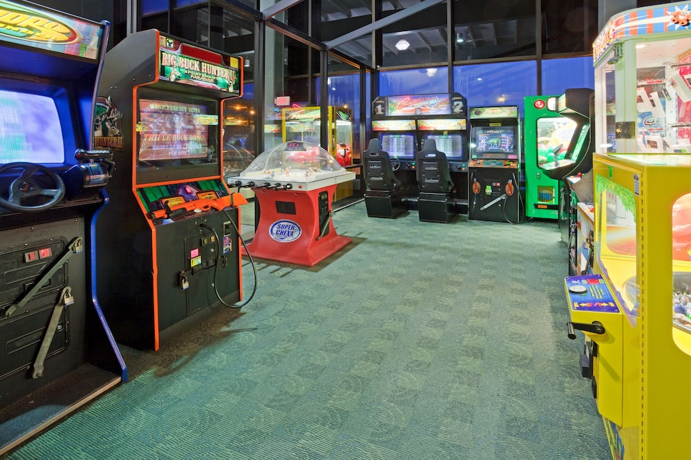 Game Room, Holiday Inn & Suites Duluth Downtown