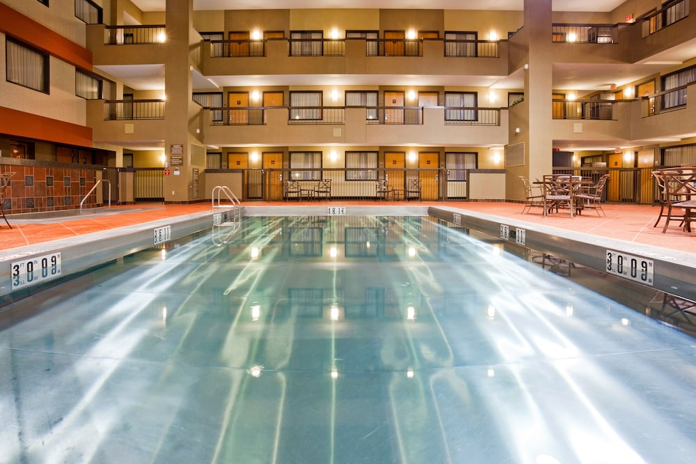 Pool, Holiday Inn & Suites Duluth Downtown