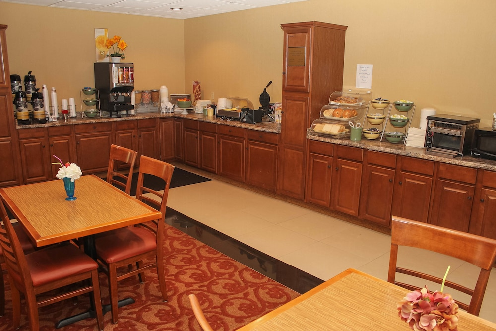 Breakfast Area, Quality Inn Airport