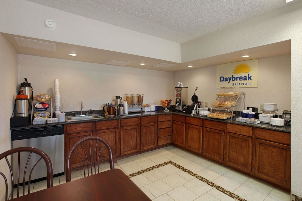 Breakfast Area, Days Inn by Wyndham Salina South