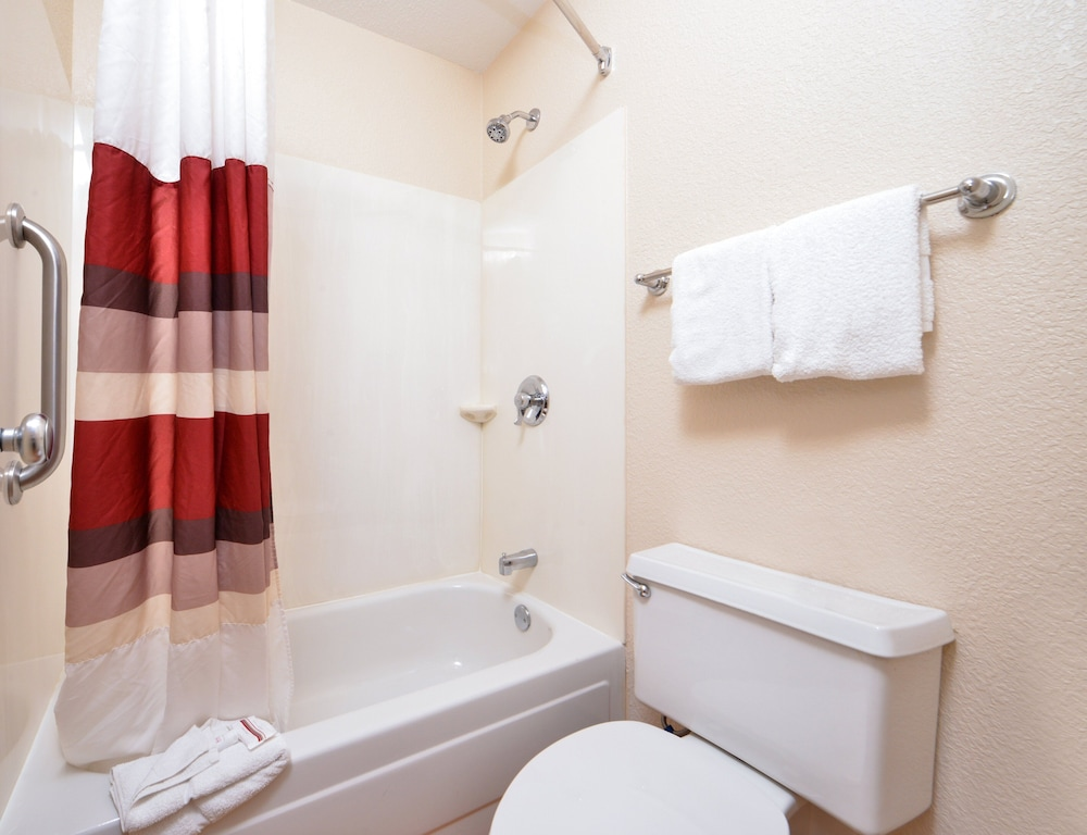 Bathroom, Red Roof Inn Chicago - Northbrook/Deerfield