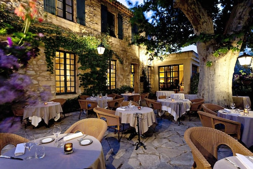 France hotel deals cheap hotels discount rates at for Restaurant terrasse jardin yvelines