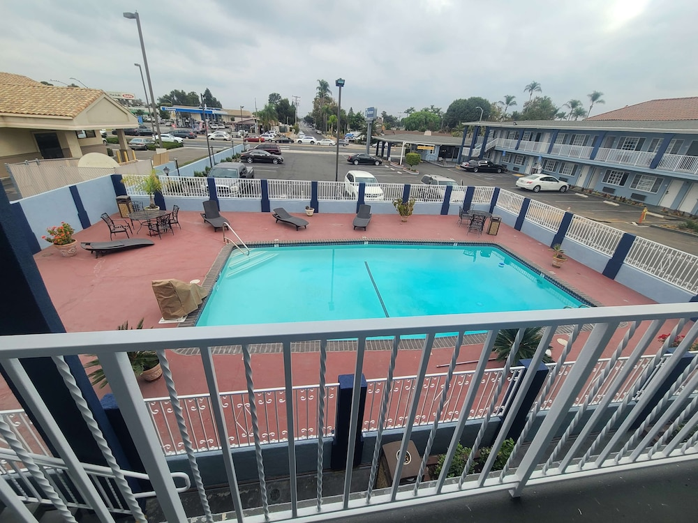 Outdoor Pool, Best Western Orange Plaza