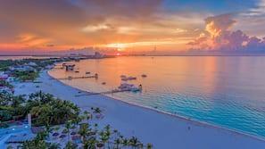 Ubicación a pie de playa, sombrillas, toallas de playa y bar en la playa
