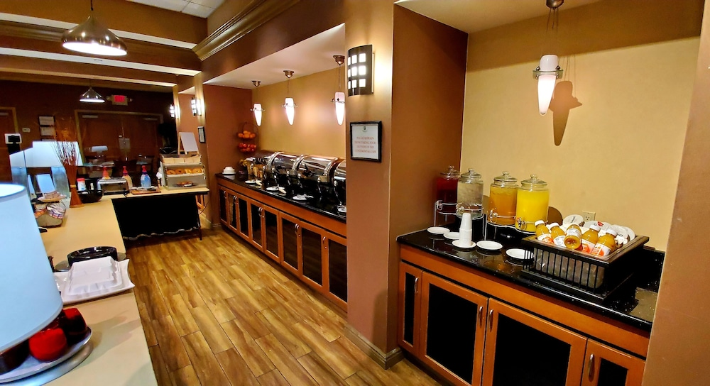 Breakfast Area, Holiday Inn South Plainfield-Piscataway, an IHG Hotel