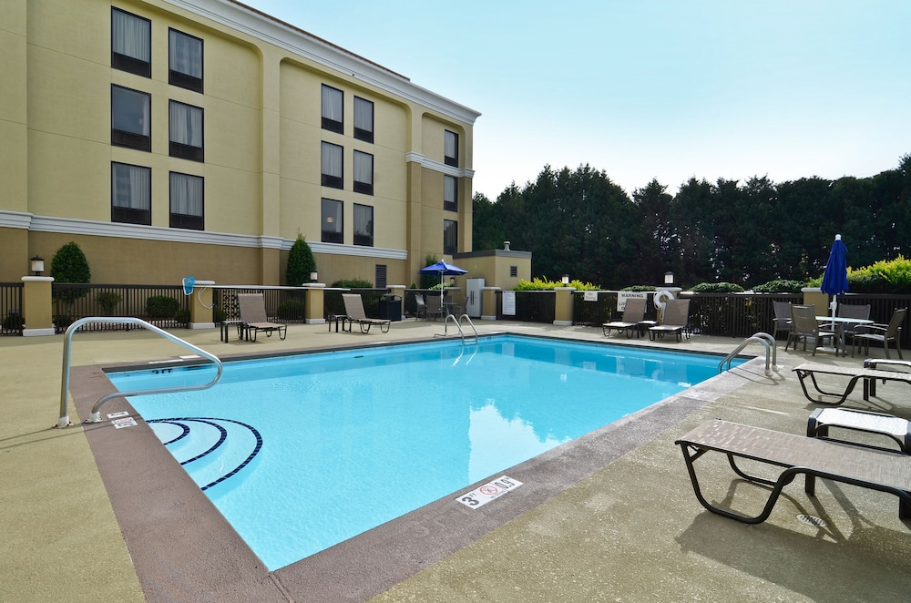 Pool, Holiday Inn Express Burlington, an IHG Hotel