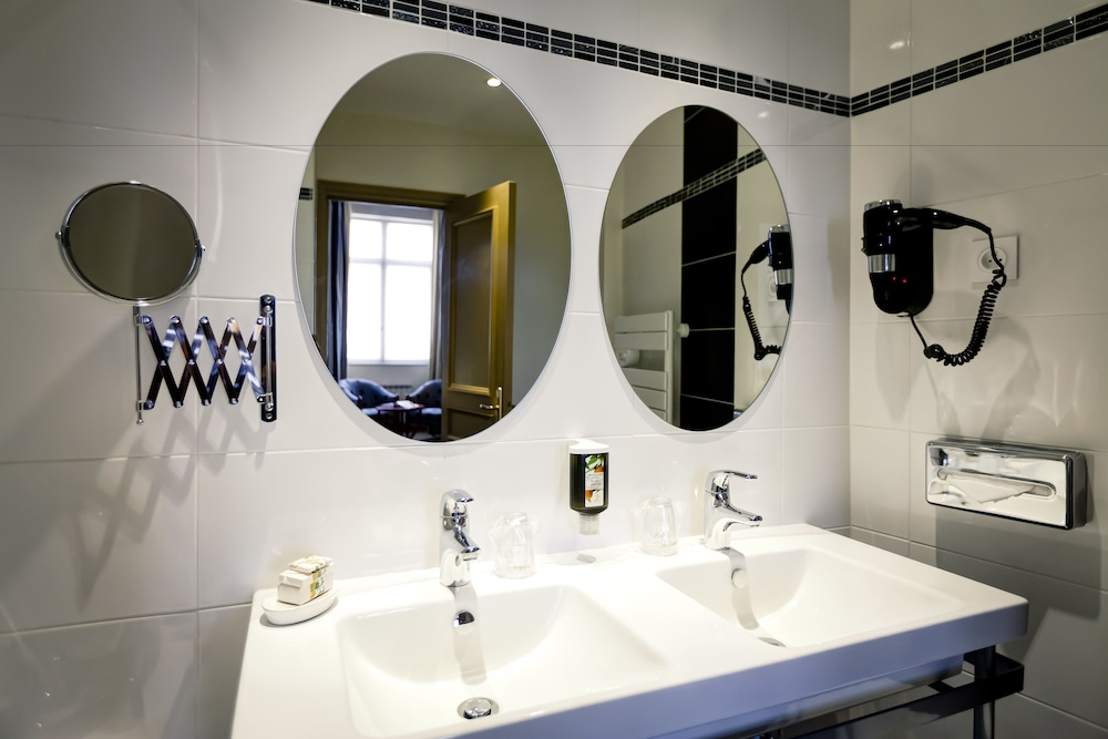 Bathroom, Le Phenix Hotel
