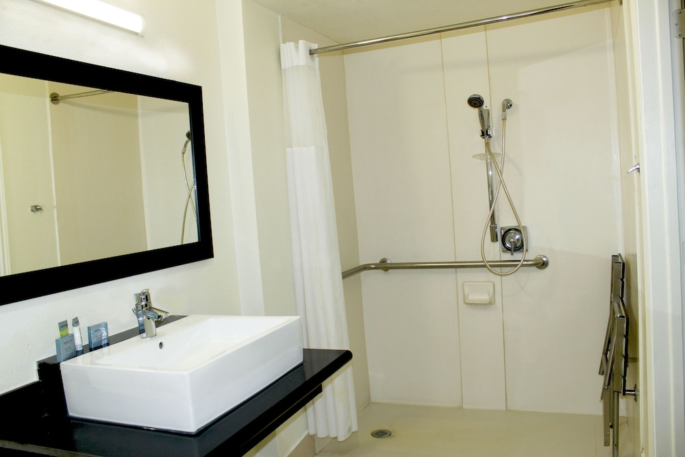 Bathroom, Stay Express Inn Dallas - Fair Park / Downtown