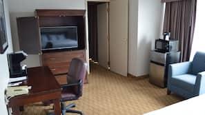 書桌、窗簾、熨斗/熨衫板、免費嬰兒床