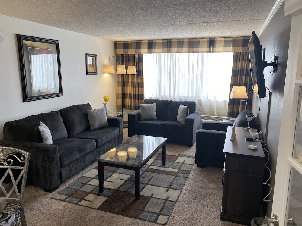 Living Area, Ramada Plaza by Wyndham Albuquerque Midtown