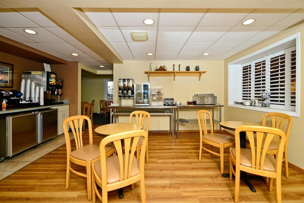 Breakfast Area, Americas Best Value Inn & Suites St. Cloud