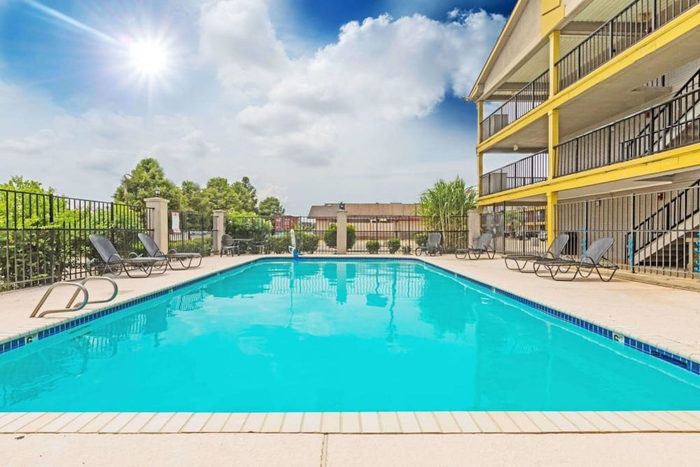 Outdoor Pool, FairBridge Inn Express Metairie