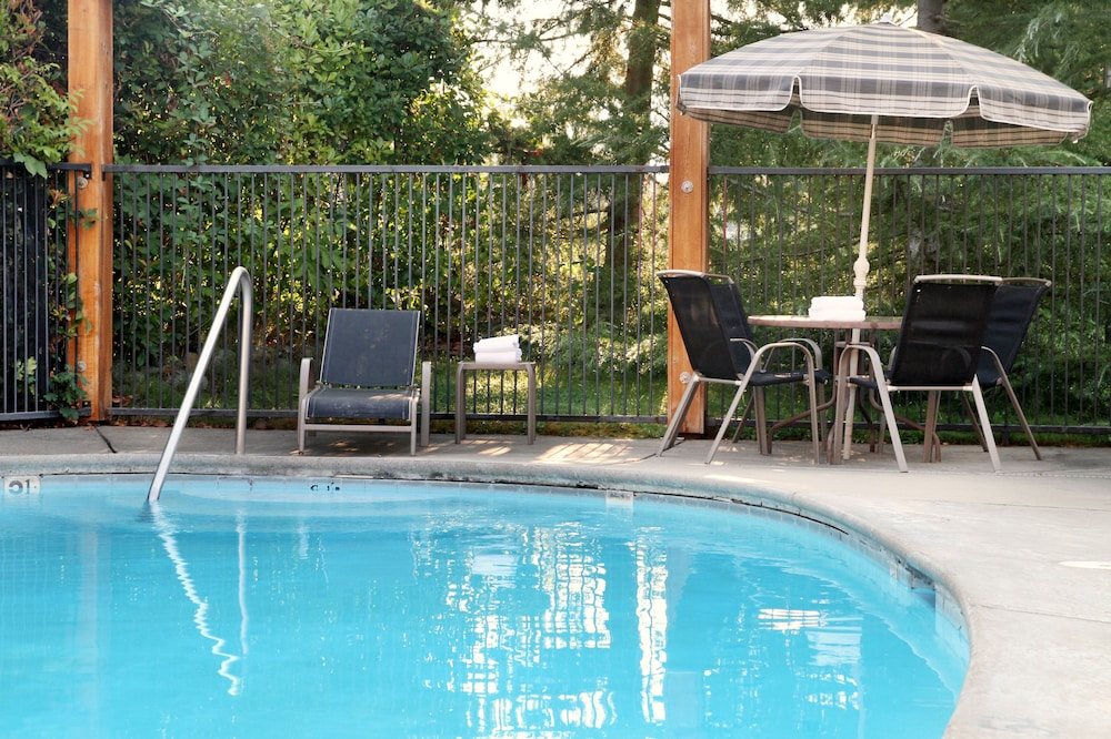 Outdoor Pool, Riverside Inn