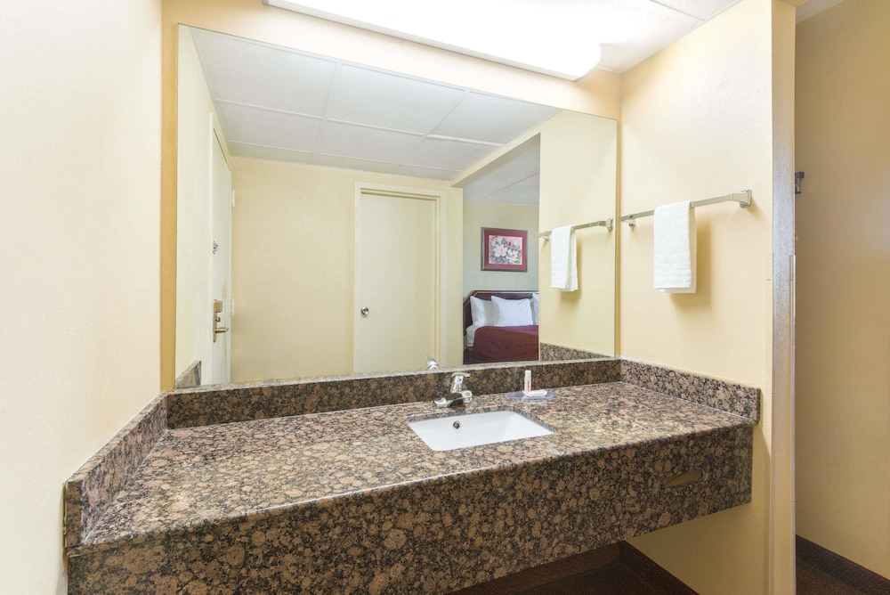 Bathroom, Days Inn by Wyndham Hagerstown