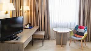 Luxe beddengoed, een minibar, een bureau, verduisterende gordijnen