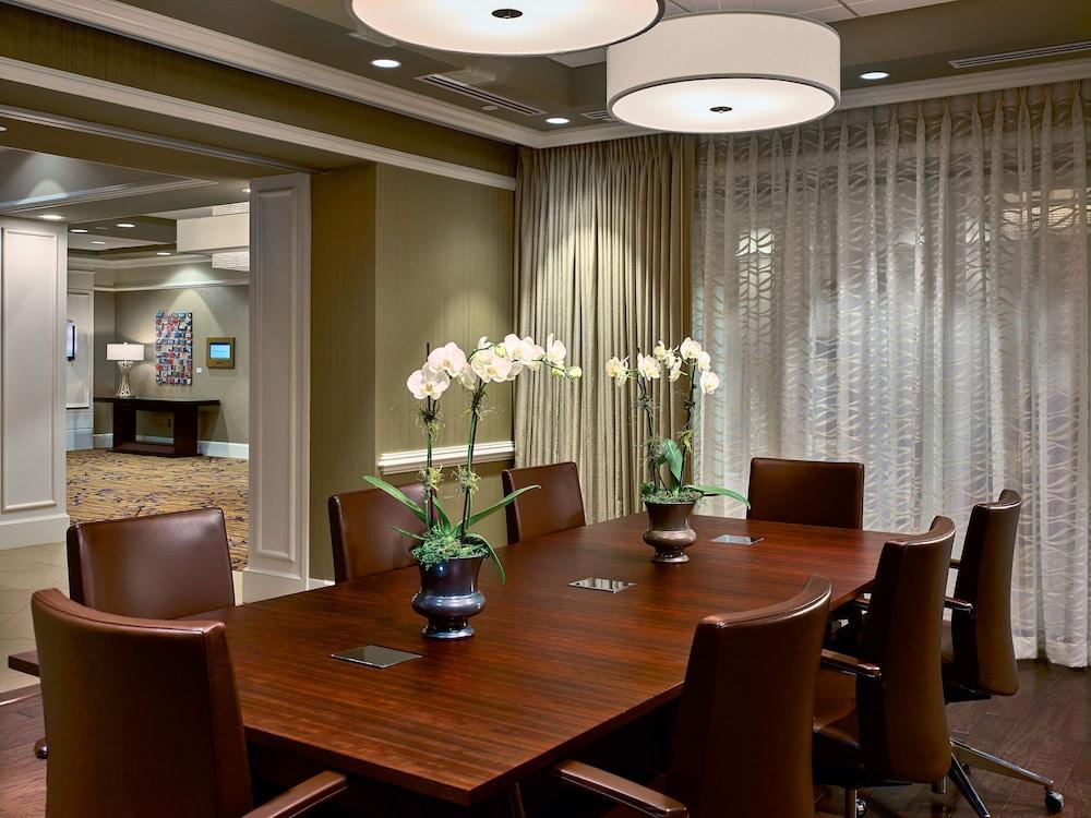 the hotel at auburn university auburn opelika room. Black Bedroom Furniture Sets. Home Design Ideas
