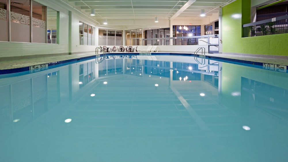 Pool, Holiday Inn Burlington Hotel & Conference Centre, an IHG Hotel