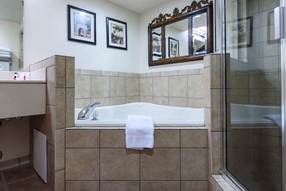 Private Spa Tub, Ramada by Wyndham Sioux Falls Airport-Waterpark & Event Ctr