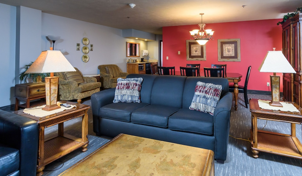 Living Room, Ramada by Wyndham Sioux Falls Airport-Waterpark & Event Ctr