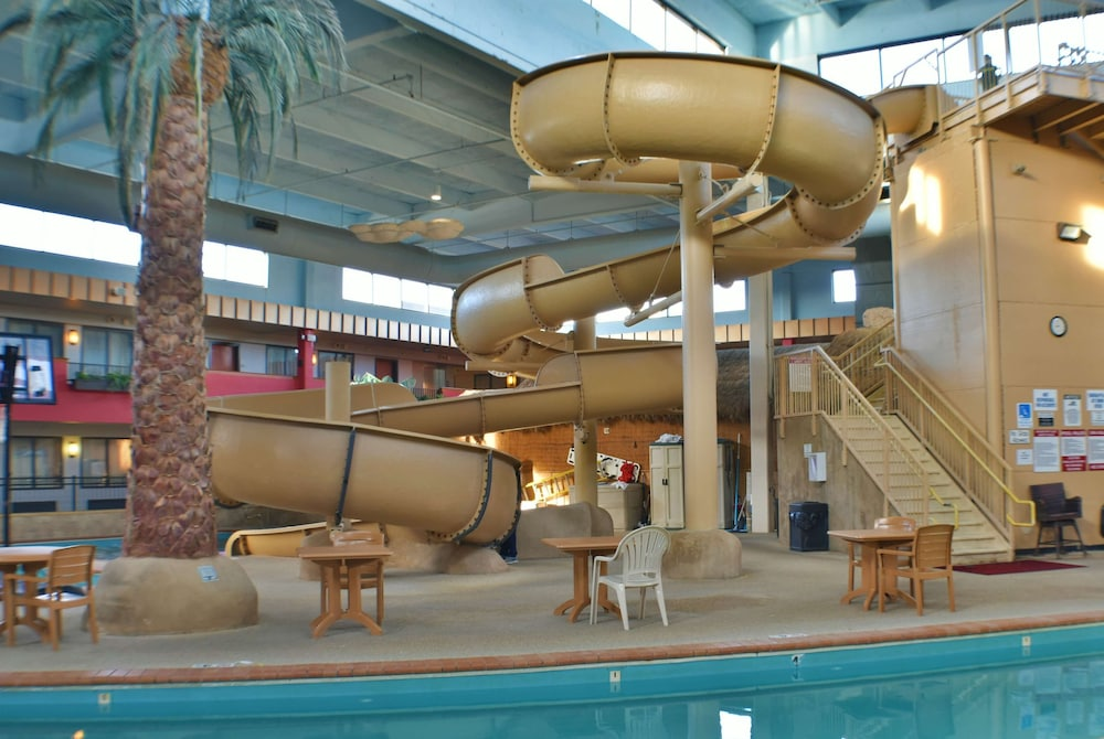 Pool, Ramada by Wyndham Sioux Falls Airport-Waterpark & Event Ctr