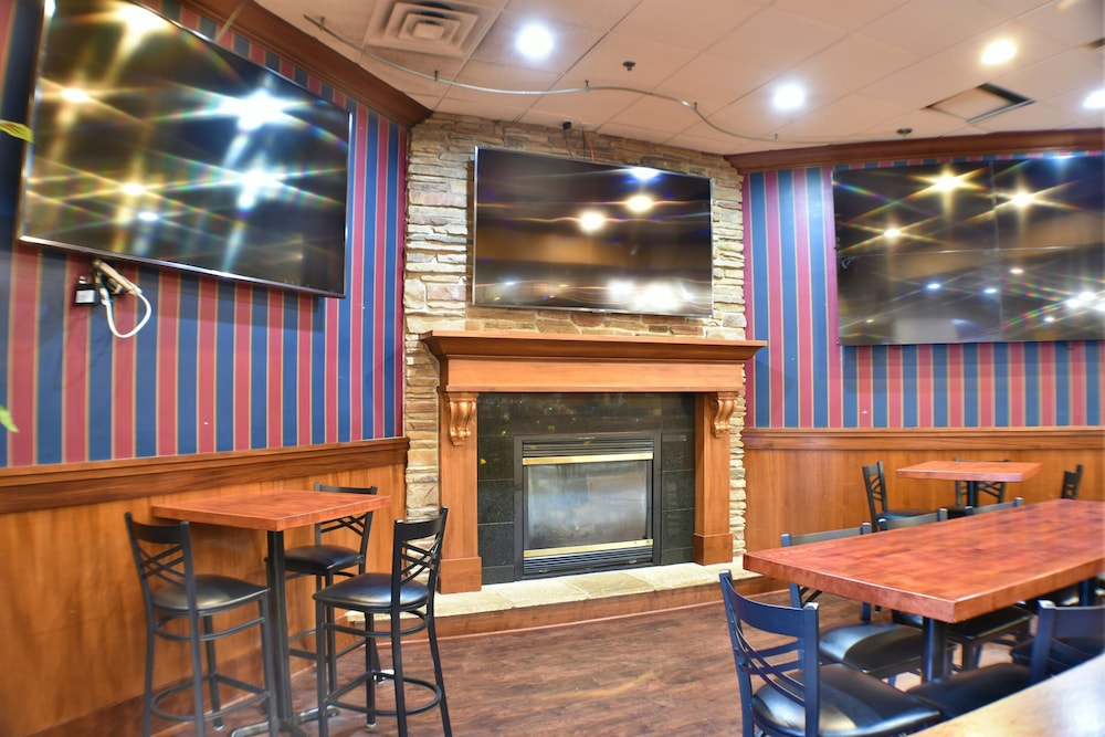 Lounge, Ramada by Wyndham Sioux Falls Airport-Waterpark & Event Ctr