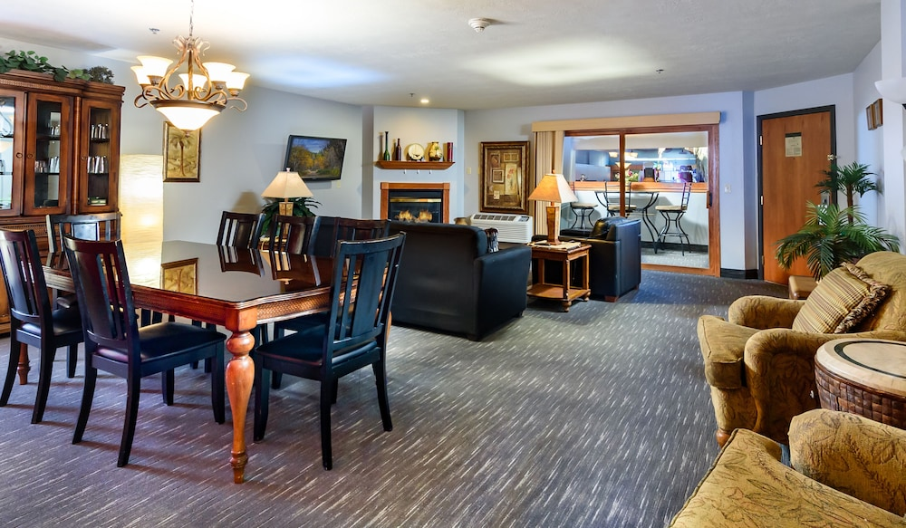 Living Area, Ramada by Wyndham Sioux Falls Airport-Waterpark & Event Ctr