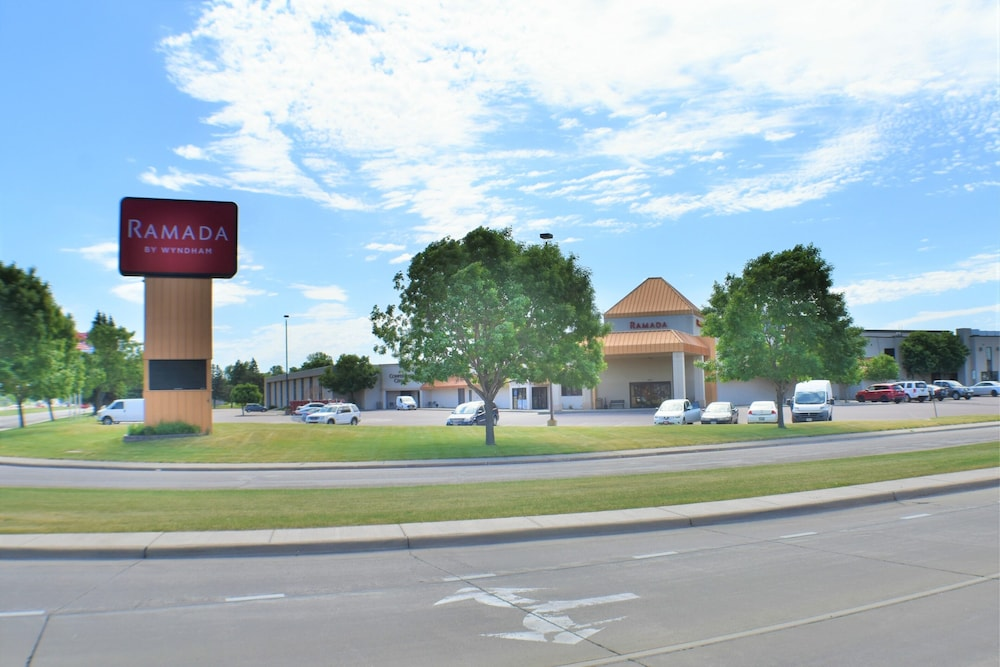 Front of Property, Ramada by Wyndham Sioux Falls Airport-Waterpark & Event Ctr