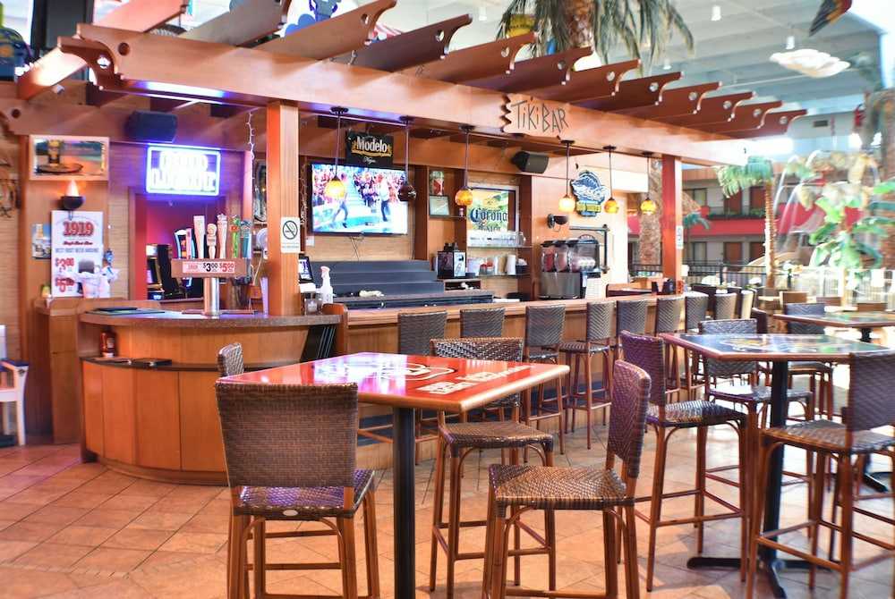 Bar, Ramada by Wyndham Sioux Falls Airport-Waterpark & Event Ctr