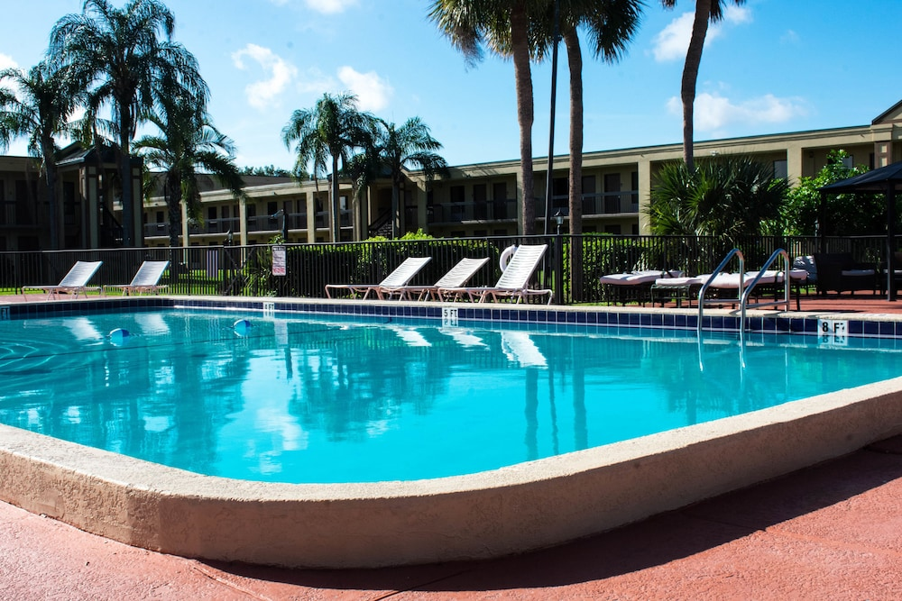 Outdoor Pool, Winter Haven Gardens Inn and Banquet Center