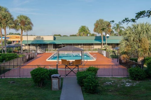 Pool, Winter Haven Gardens Inn and Banquet Center