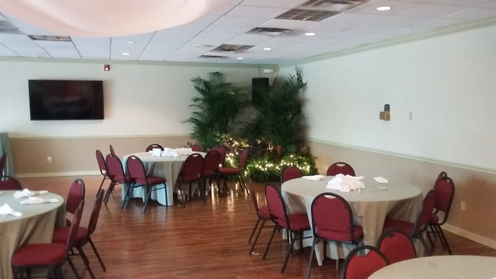 Winter Haven Gardens Inn And Banquet Center In Lakeland Winter Haven Hotel Rates Reviews