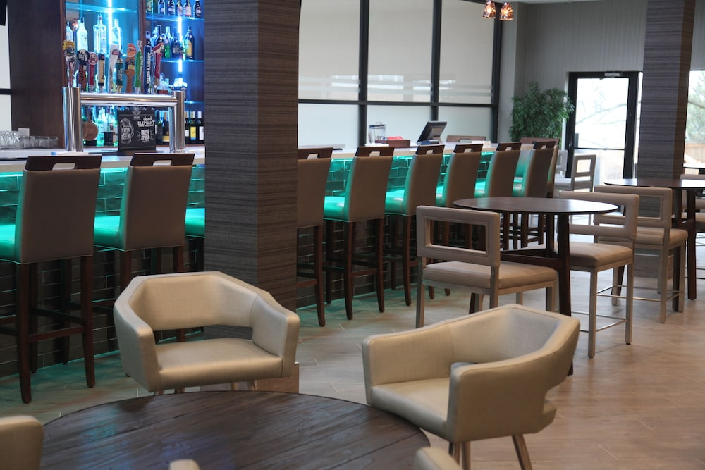 Lounge, Four Points by Sheraton Toronto Airport