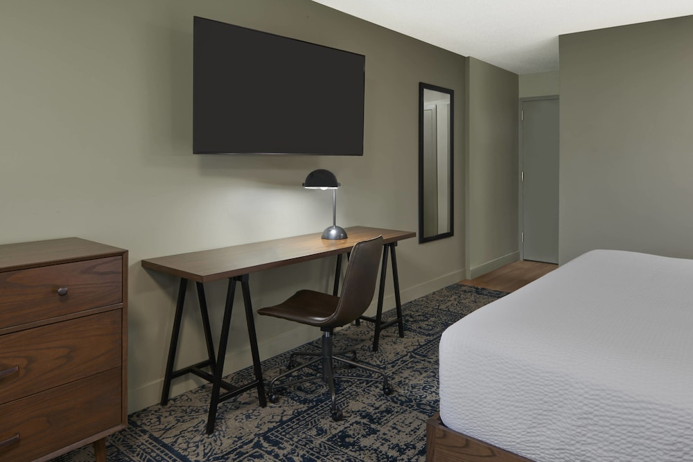 Room, Four Points by Sheraton Toronto Airport